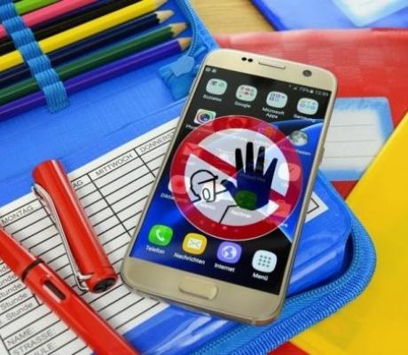 Роспотребнадзор, Минпросвещения и Рособрнадзор рекомендуют рассмотреть вопрос об ограничении использования мобильных телефонов в школах